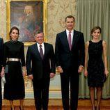 Rania de Jordania con vestido negro midi de manga francesa y la Reina Letizia con vestido negro con lentejuelas de Felipe Varela