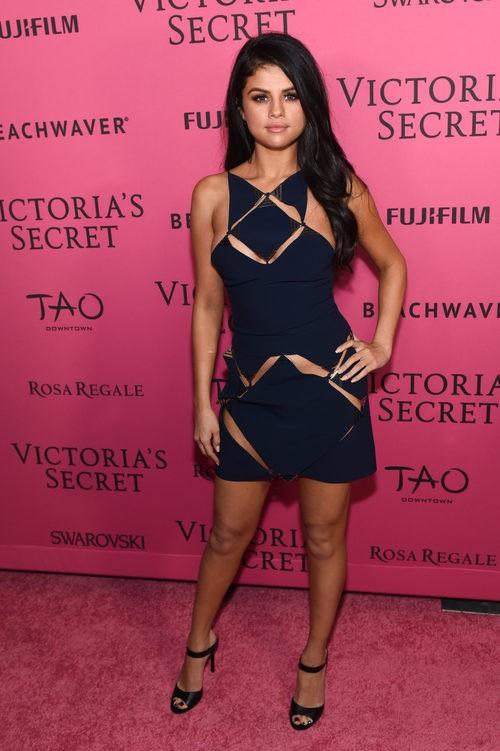 Selena Gomez con vestido de perforaciones azul marino en la After Party del desfile de Victoria's Secret 2015