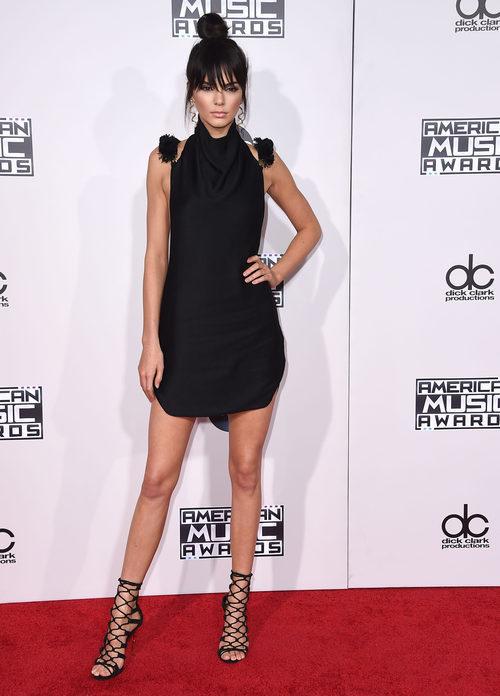 Kendall Jenner con minivestido negro en los American Music Awards 2015