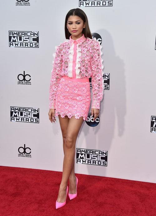 Zendaya con camisa y falda de puntilla rosa en los American Music Awards 2015