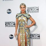 Julianne Hough con vestido verde y amarillo en los American Music Awards 2015