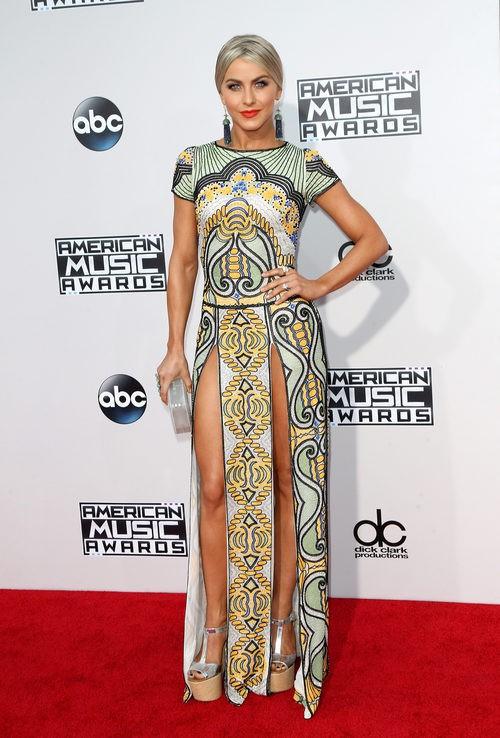 Julianne Hough con vestido verde y amarillo en los American Music Awards 2015