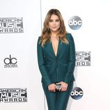 Ashley Benson con traje de chaqueta verde en los American Music Awards 2015