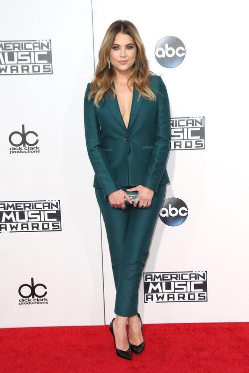 Ashley Benson con traje de chaqueta verde en los American Music Awards 2015