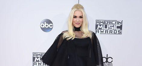 Gwen Stefani con vestido largo negro en los American Music Awards 2015
