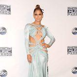 Jennifer Lopez con vestido larga aguamarina en los American Music Awards 2015