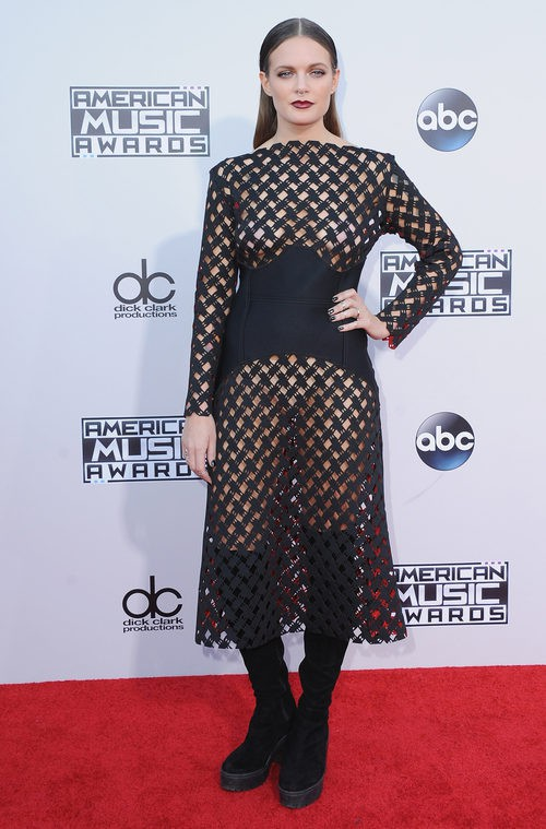 Tove Lo con vestido negro de rejilla en los American Music Awards 2015