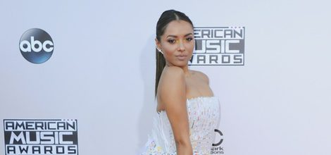 Kat Graham con vestido largo blanco en los American Music Awards 2015