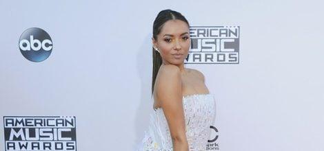 Kat Graham con vestido largo blanco en los American Music Awards 2015
