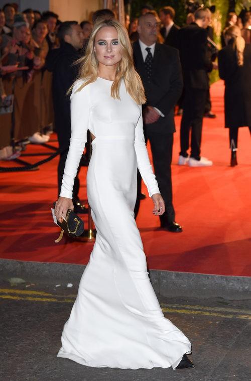 Kimberley Garner con vestido largo blanco en los British Fashion Awards 2015
