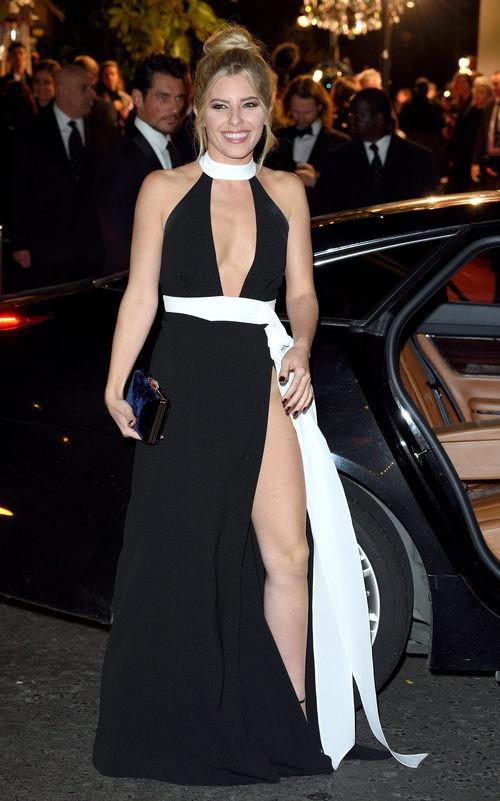 Mollie King con vestido blanco y negro con abertura lateral en los British Fashion Awards 2015