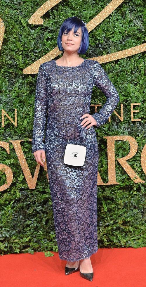Lily Allen con vestido azul metalizado en los British Fashion Awards 2015