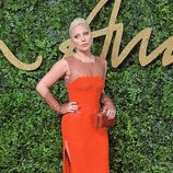 Lady Gaga con vestido coral largo en los British Fashion Awards 2015