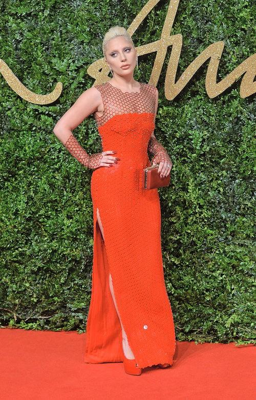 Lady Gaga con vestido coral largo en los British Fashion Awards 2015