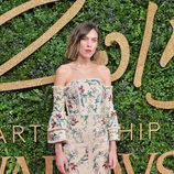 Alexa Chung con vestido beige de estampado floral en los British Fashion Awards 2015