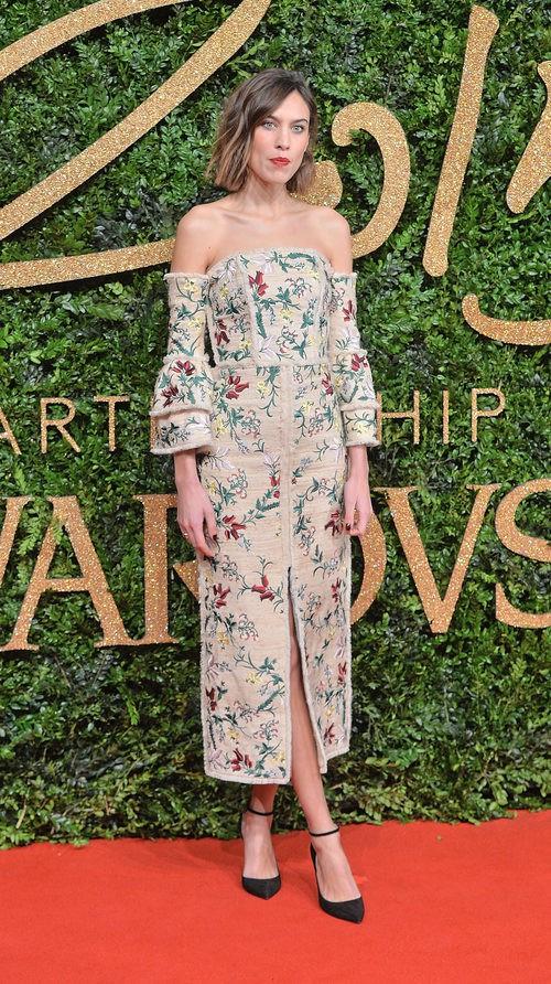 Alexa Chung con vestido beige de estampado floral en los British Fashion Awards 2015