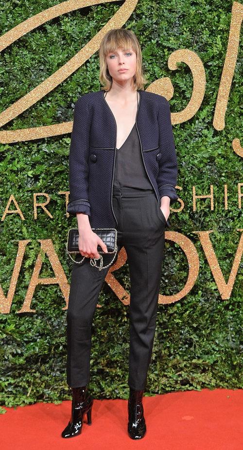 Eddie Campbell con pantaloon y chaqueta azul marino en los British Fashion Awards 2015