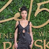 FKA Twings con vestido negro largo con aberturas laterales en los British Fashion Awards 2015