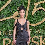FKA Twings con vestido negro largo con aberturas laterales en los British Fashion Awards 2015
