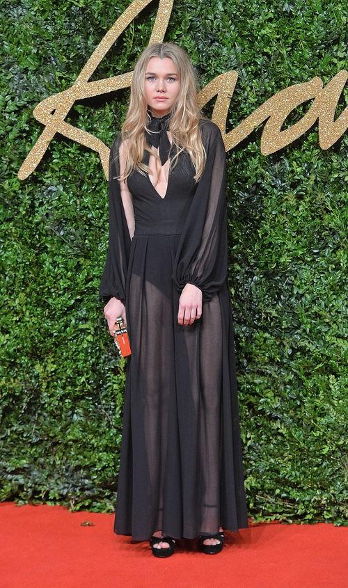Imy Waterhouse con vestido negro largo en los British Fashion Awards 2015