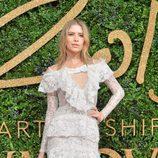 Elena Perminova con vestido blanco de puntilla en los British Fashion Awards 2015