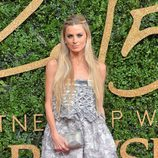 Laura Bailey con vestido grisáceo de superposiciones en los British Fashion Awards 2015