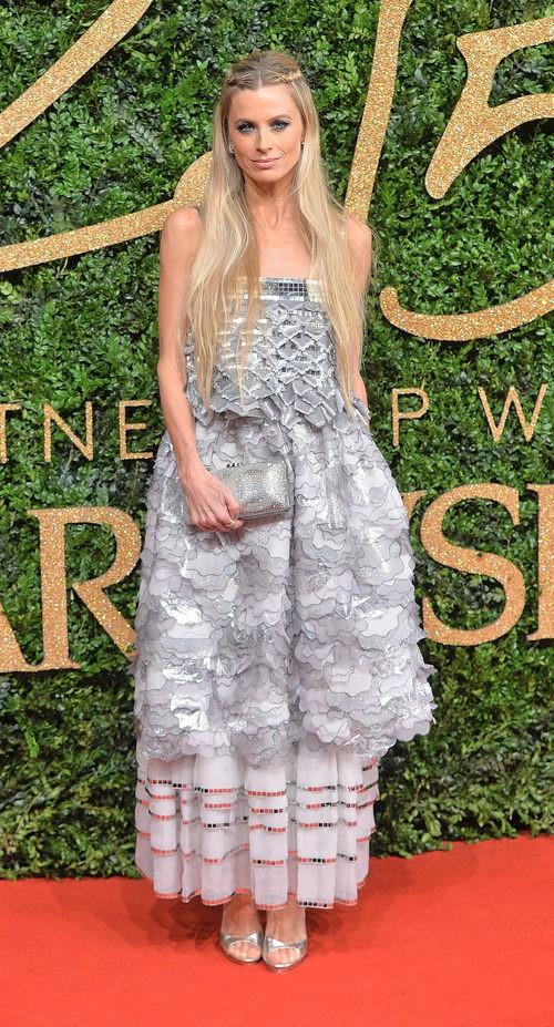 Laura Bailey con vestido grisáceo de superposiciones en los British Fashion Awards 2015