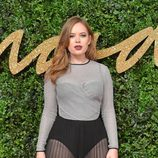 Tanya Burr con vestido gris y negro con transparencias en los British Fashion Awards 2015