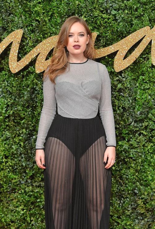 Tanya Burr con vestido gris y negro con transparencias en los British Fashion Awards 2015