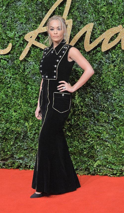 Rita Ora con vestido negro de estilo esmoquin con transparencias en los British Fashion Awards 2015