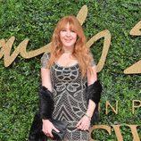 Charlotte Tilbury con vestido gris y plateado en los British Fashion Awards 2015