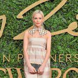 Poppy Delevingne con vestido de rayas en tonos rosa en los British Fashion Awards 2015