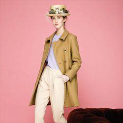 Gabardina camel y pantalón beige de la colección otoño/invierno 2015/2016 de Dolores Promesas