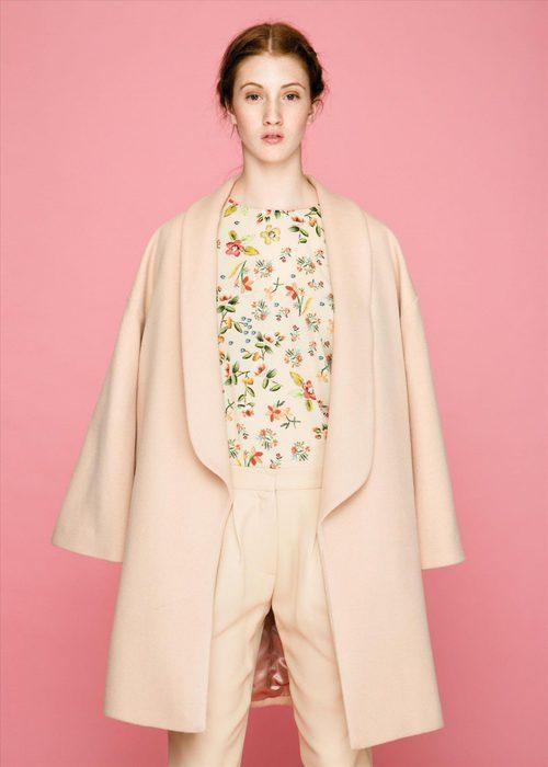 Chaquetón rosa palo y camisa floral de la colección otoño/invierno 2015/2016 de Dolores Promesas