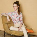Pantalón beige y camisa con estampado de caballos en tonos rosas de la colección otoño/invierno 2015/2016 de Dolores Promesas
