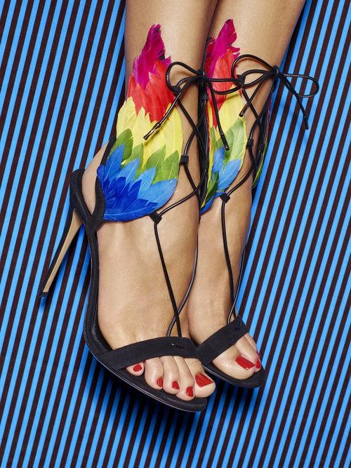 Sandalia de tacón negro con detalles de alas de colores de la colección Edgargo Osorio for Salvatore Ferragamo