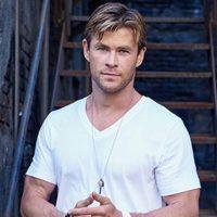 Chris Hemsworth posando como embajador de TAG Heuer