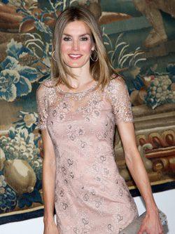La Princesa Letizia con un vestido rosa en la cena a las autoridades de Baleares
