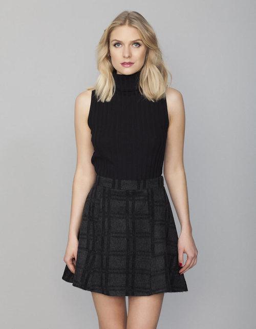 Top de cuello alto negro y falda de cuadros grises y negros de la colección Tartán de Invierno 2015/2016 de Blanco