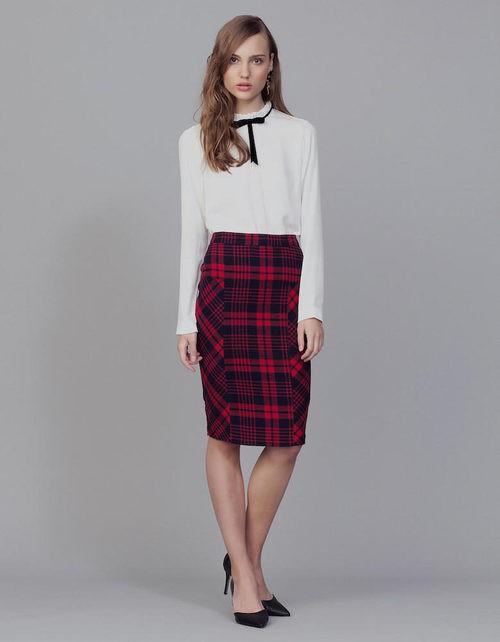 Camisa blanca y falda de tubo de cuadros rojos y negros de la colección Tartán de Invierno 2015/2016 de Blanco