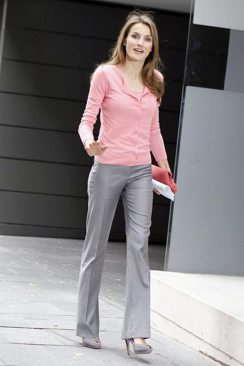 La Princesa Letizia con camiseta y chaqueta rosa en su reunión del Patronato de la AECC