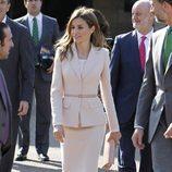 La Princesa Letizia en la Universidad de Stanford con un traje rosa