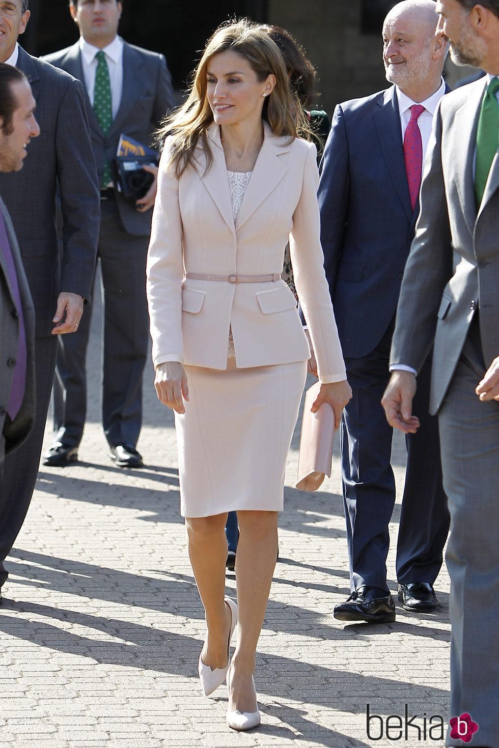 82361_princesa-letizia-universidad-stanford-traje-rosa.jpg