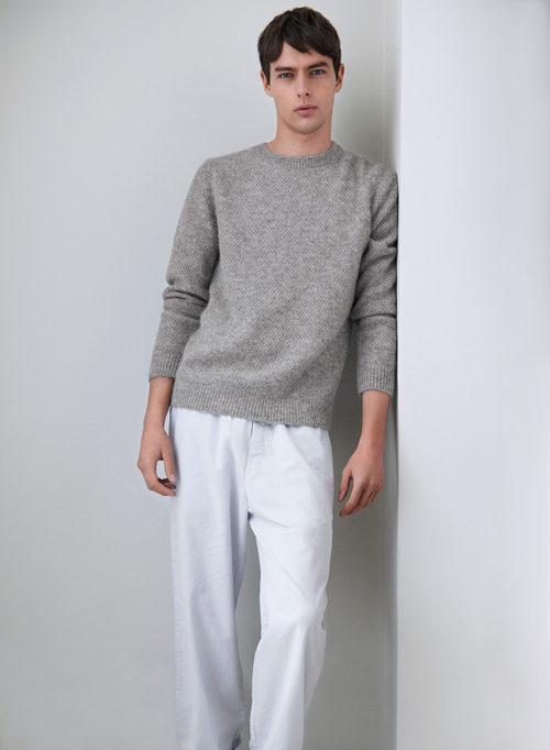 Pantalón blanco y jersey gris de la línea Leisure Wear de H&M