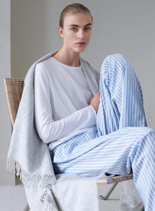 Fular gris, pantalón de rayas azules y blancas y camiseta blanca de la línea Leisure Wear de H&M
