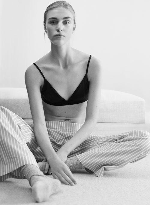 Ropa interior en negro y pantalón de rayas de la línea Leisure Wear de H&M