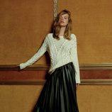 Jersey de punto blanco y falda de cuero de tablas de la colección Navidad 2015 de Primark