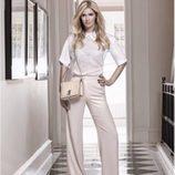 Nicky Hilton con bolso Crossbody Shoulder Bag en crudo para Linea Pelle