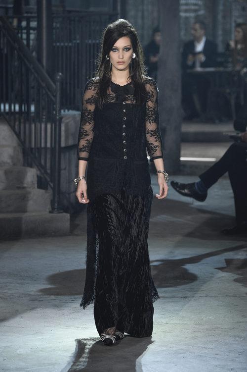 Look total black con encaje de la colección 'Métiers d'Art Paris à Rome 2015/2016' de Chanel