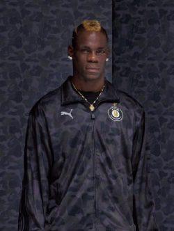 Mario Balotelli con cojunto y capucha de estampado camuflaje azul oscuro para PUMA X BAPE